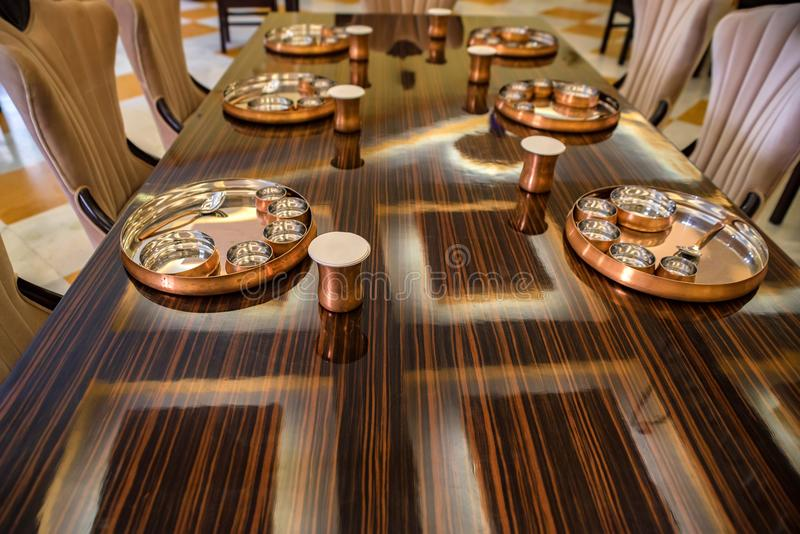 Słuzyć stoły przy restauracją z metalu tableware zdjęcie royalty free