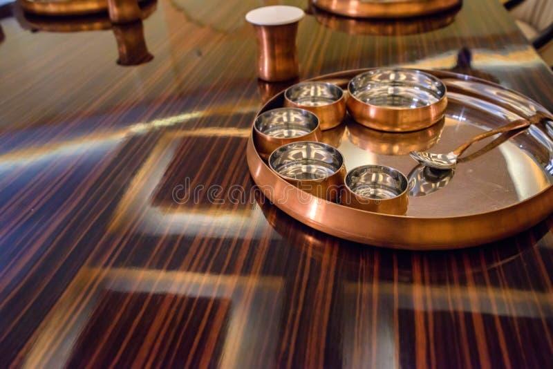 Słuzyć stoły przy restauracją z metalu tableware obraz stock