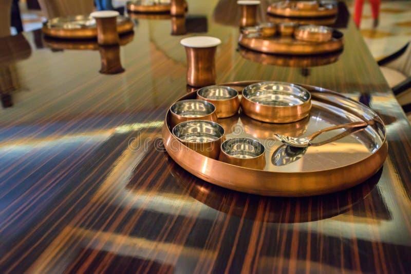 Słuzyć stoły przy restauracją z metalu tableware obrazy stock
