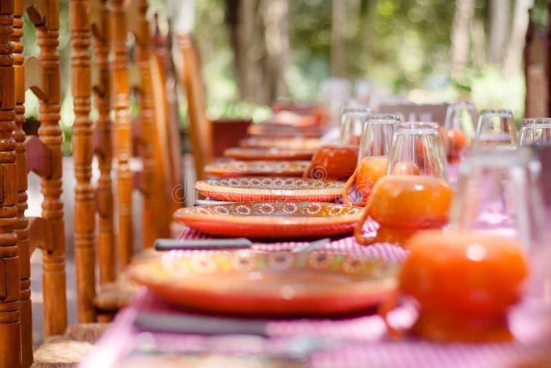 Słuzyć tradycyjny meksykanina stół przy pięknym letnim dniem obrazy royalty free