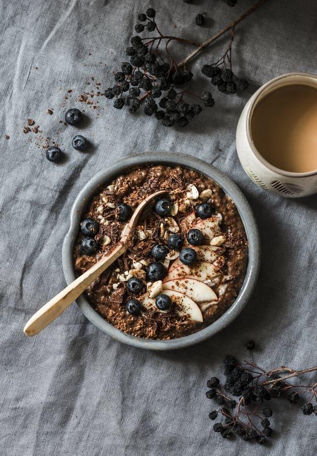 Słuzyć zdrowy jarski śniadanie - czekoladowi nocni owsy i kawa na popielatym tle, odgórny widok Mieszkanie nieatutowy zdjęcia royalty free