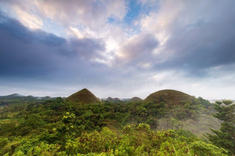 Słynne Bohol Chocolate Hills na wschód słońca z pięknym kolorowym niebem i mgłą, Carmen, Bohol Island, Filipiny obraz royalty free