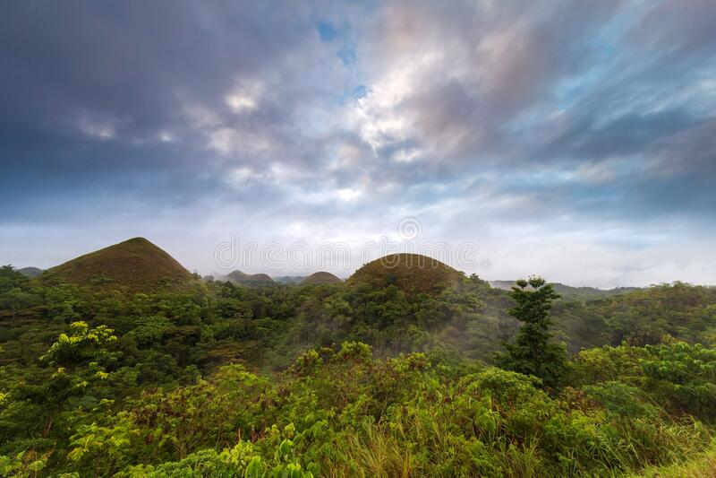 Słynne wzgórza czekoladowe na wschodzie słońca z pięknym kolorowym niebem, Carmen, Bohol Island, Filipiny fotografia stock
