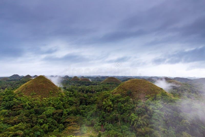 Słynne wzgórza czekoladowe o wschodzie słońca w mglistym dniu, Carmen, Bohol Island, Filipiny obrazy royalty free