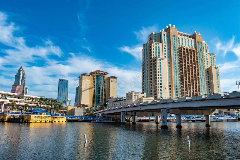 S港口海岛大道桥梁、Embassy Suites、会议中心和出租汽车小船在希尔斯伯勒角河 免版税图库摄影