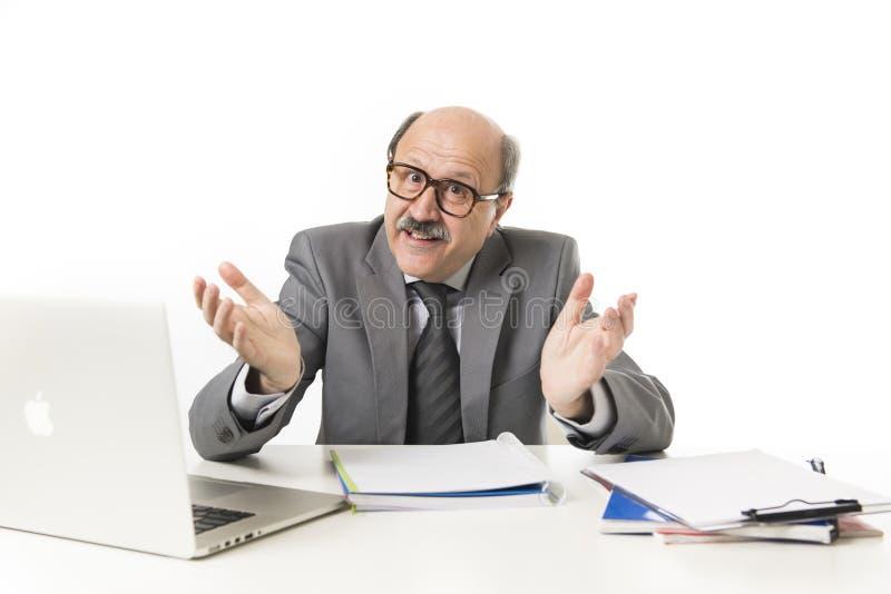 60s秃头愉快的商人微笑的confid公司画象  免版税库存图片