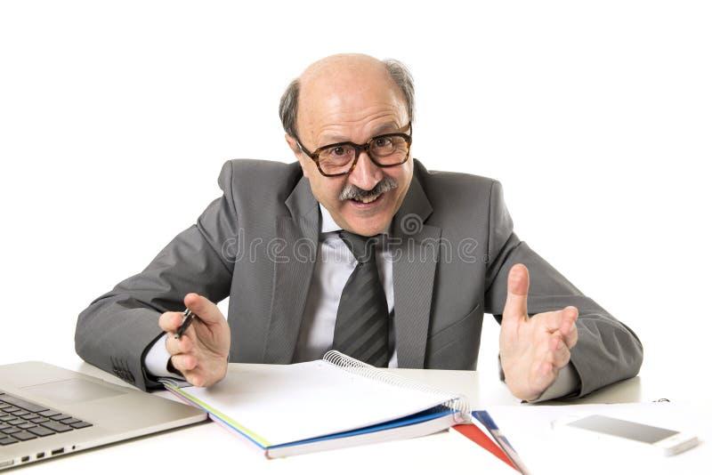 60s秃头愉快的商人微笑的confid公司画象  图库摄影