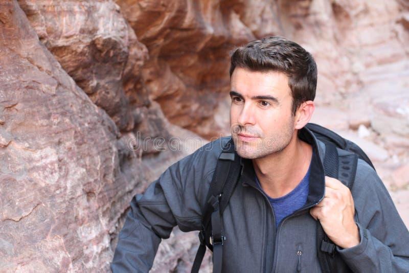 S'élever gratuit d'homme de grimpeur sur la roche Athlète masculin sur la montée photographie stock libre de droits