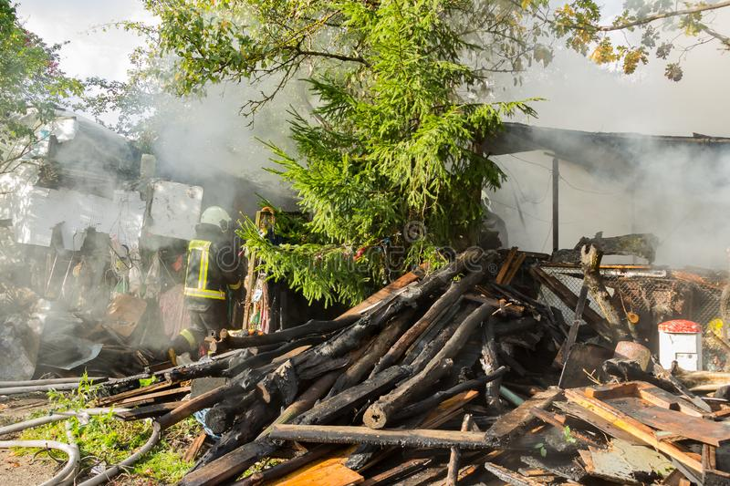 S'éteindre le feu a détruit la maison de village sur la 10ème d'OC photo libre de droits