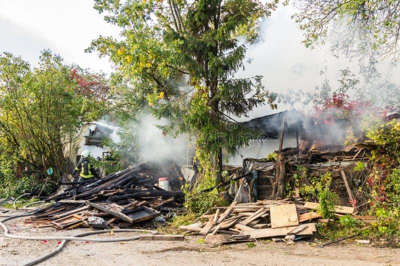 S'éteindre le feu a détruit la maison de village sur la 10ème d'OC images libres de droits