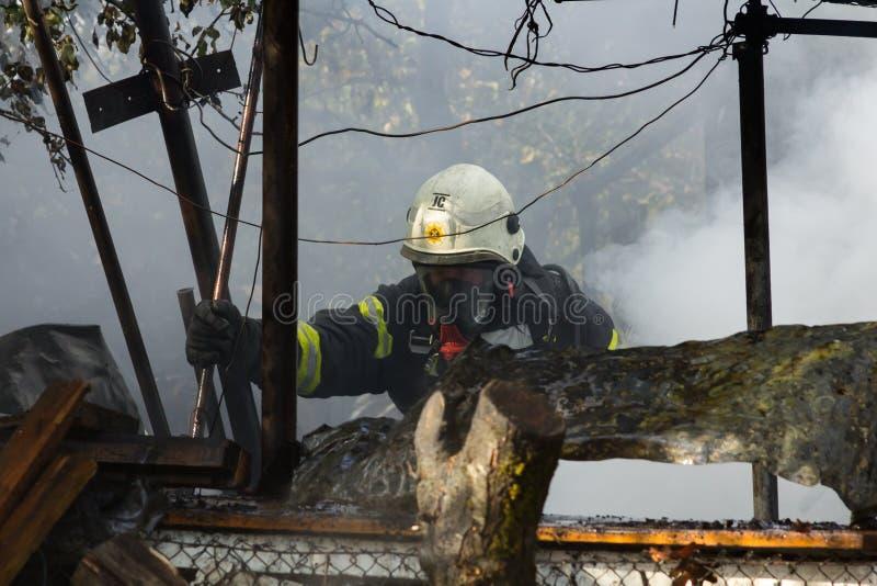 S'éteindre le feu a détruit la maison de village sur la 10ème d'OC photographie stock