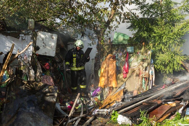 S'éteindre le feu a détruit la maison de village sur la 10ème d'OC image libre de droits