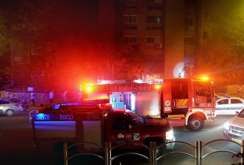 S'éteindre le feu la nuit dans un bâtiment résidentiel images stock