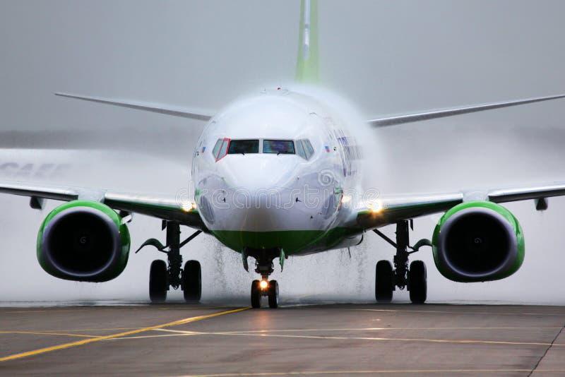 S7 αερογραμμές Boeing 737-800 σε ένα σχέδιο χρωμάτων παγκόσμιας συμμαχίας στοκ φωτογραφία