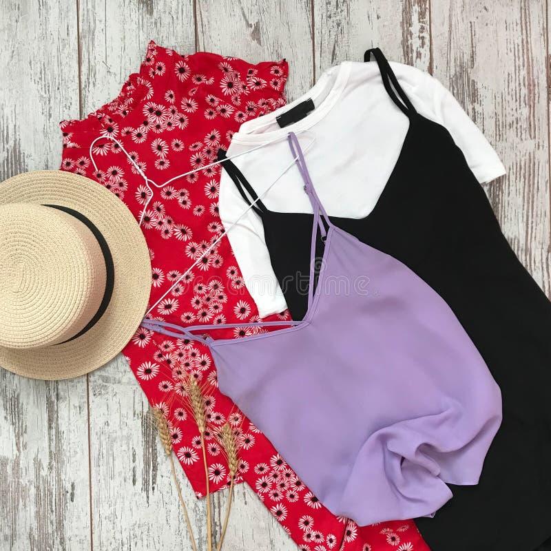 ` S женщин одевает на деревянной предпосылке стоковое фото rf