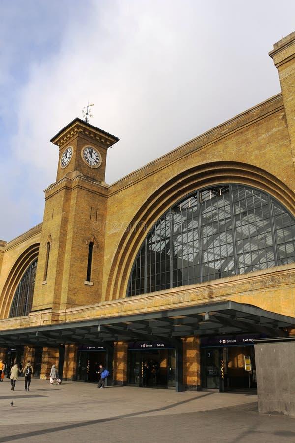 ` S короля башни с часами и выходов пересекает станцию Лондон стоковые фото
