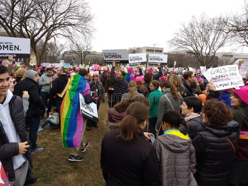 ` S март женщин на Вашингтоне, флаге гей-парада радуги, протестующих вновь собирается против президента Дональд Трамп, Вашингтона стоковое фото rf