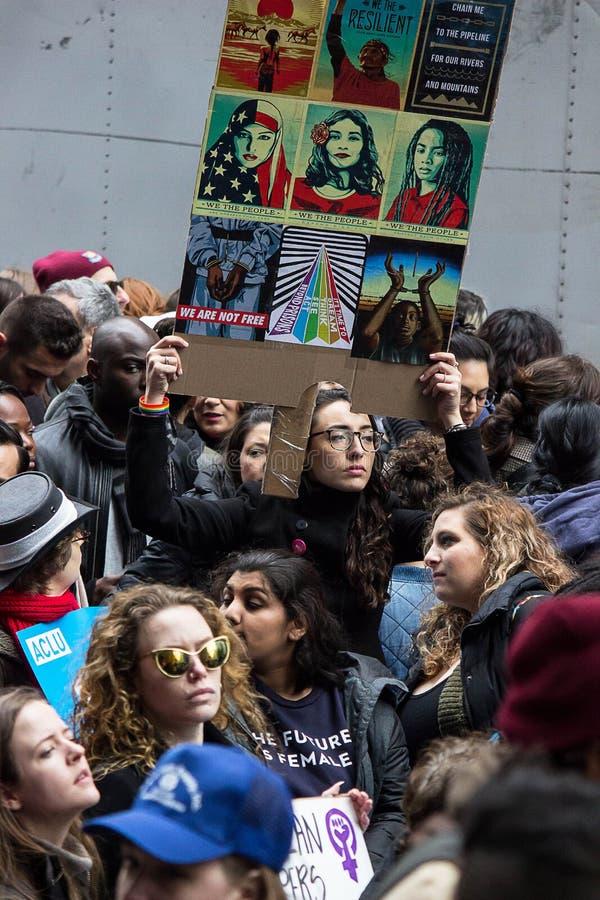 ` S март 2017 женщин на Нью-Йорке стоковые фотографии rf