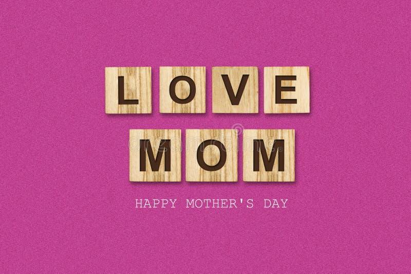 Счастливая предпосылка Дня матери Надпись, мама любов, на деревянных блоках r Поздравительная предпосылка бесплатная иллюстрация