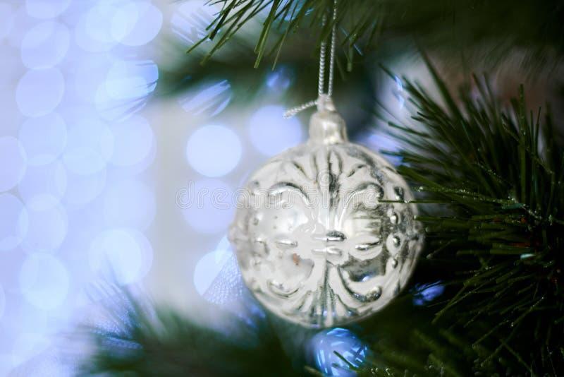 ` S Нового Года забавляется на искусственной рождественской елке стоковая фотография