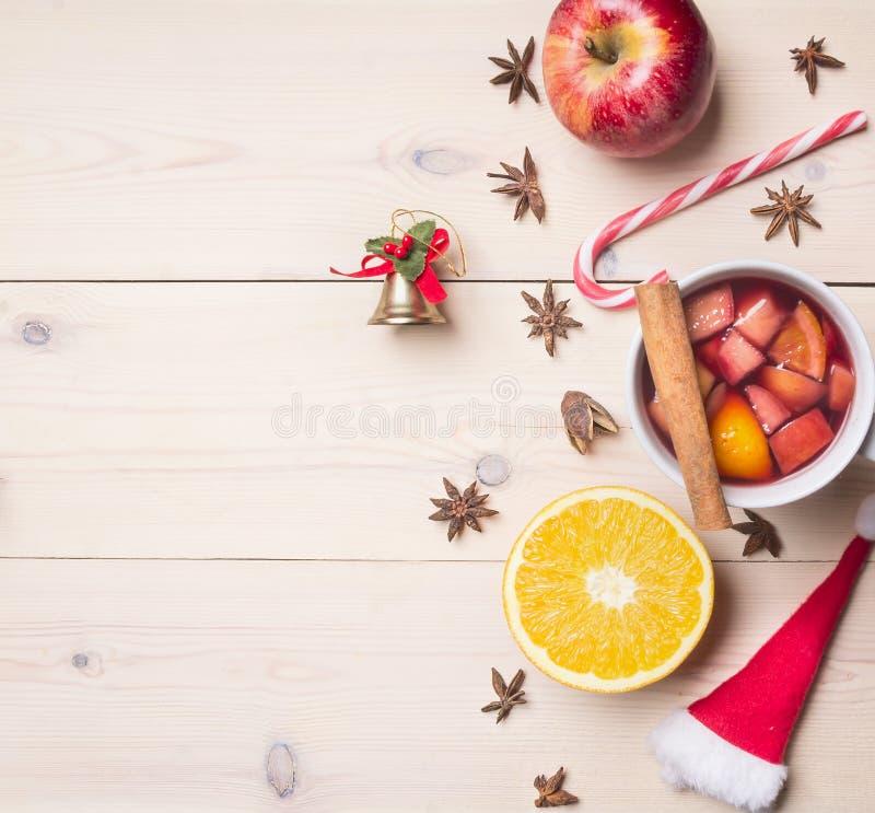 ` S Нового Года и украшение рождества с ингридиентами для подготовки обдумывали вино, циннамон и гвоздичные деревья, выровнянную  стоковое фото rf