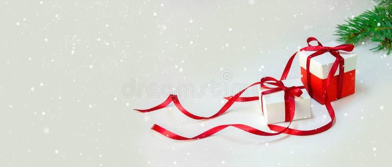 ` S подарка рождества в белой коробке с красной лентой на светлой предпосылке Знамя состава праздника Нового Года скопируйте косм стоковые изображения rf