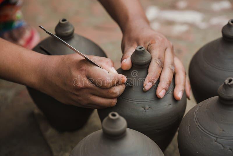 ` S работника делая копилку в квадрате Bhaktapur гончарни стоковое фото