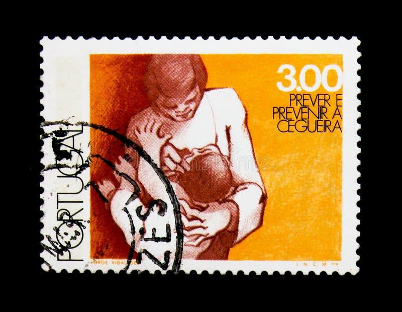 ` S ребенка матери рассматривая наблюдает, день здоровья мира - предотвратите serie слепоты, около 1976 стоковая фотография
