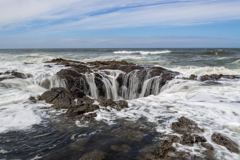 ` S Тора хорошо на накидке Perpetua, побережье Орегона стоковое фото rf