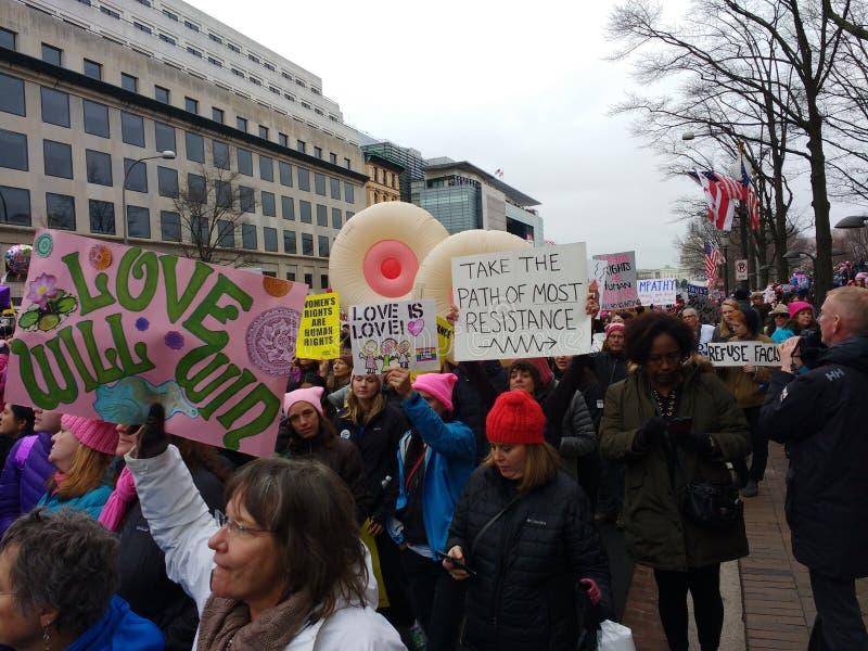 ` S толпы -го март женщин, на бульваре Пенсильвании, уникально плакатах и знаках, Вашингтоне, DC, США стоковое фото