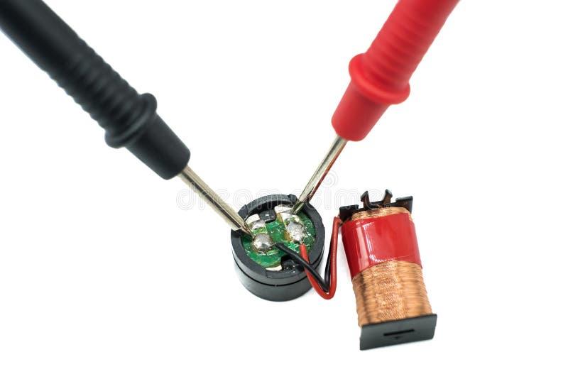 ` S электрика зондирует компоненты испытания на белой предпосылке стоковое изображение