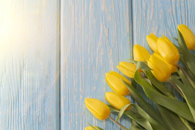 Концепция Дня матери тюльпаны цветут на пастельной голубой деревянной предпосылке стоковое изображение