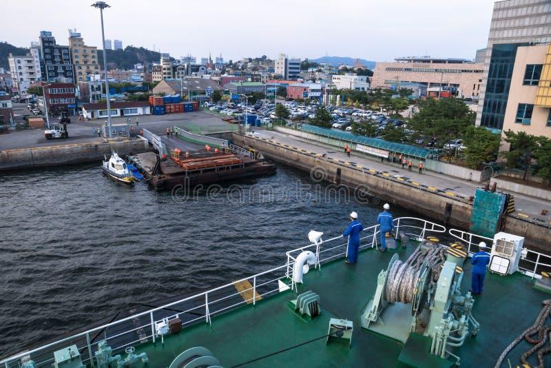 S'accouplant avec le ferry de Jeju au port de Mokpo avec la vue sur la ville, Mokpo, Corée du Sud images libres de droits