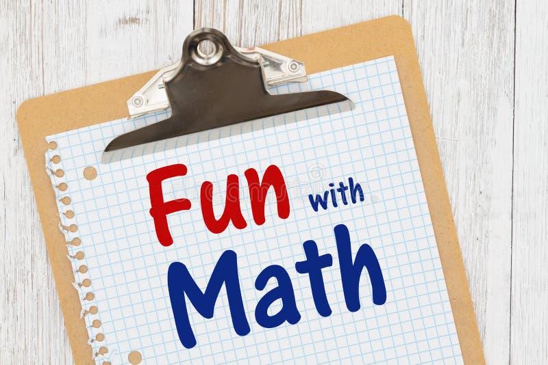 S'amuser avec le message Math sur un papier graphique avec un presse-papiers photo libre de droits
