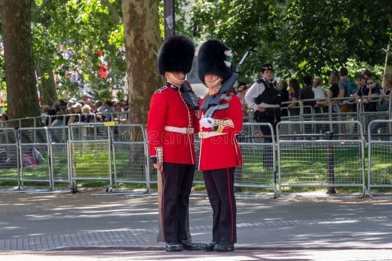 S'assemblant le d?fil? de couleur les gardes de cheval, ? Londres R-U, avec des soldats dans des chapeaux rouges et noirs iconiqu photos stock