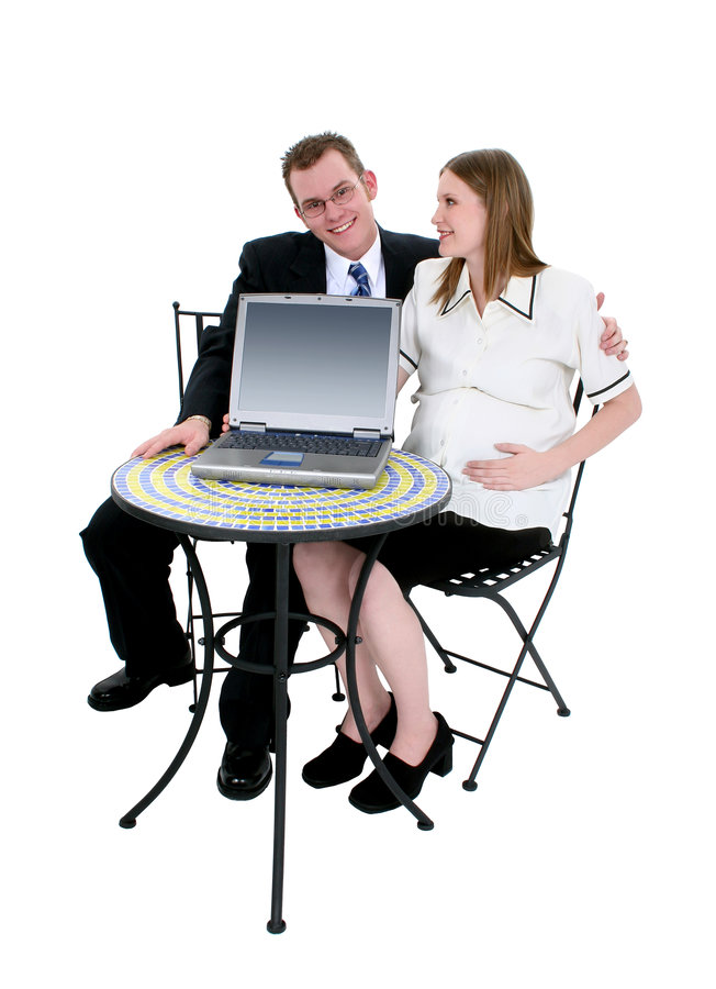 S'attendre à des couples se reposant au Tableau avec l'ordinateur photos stock