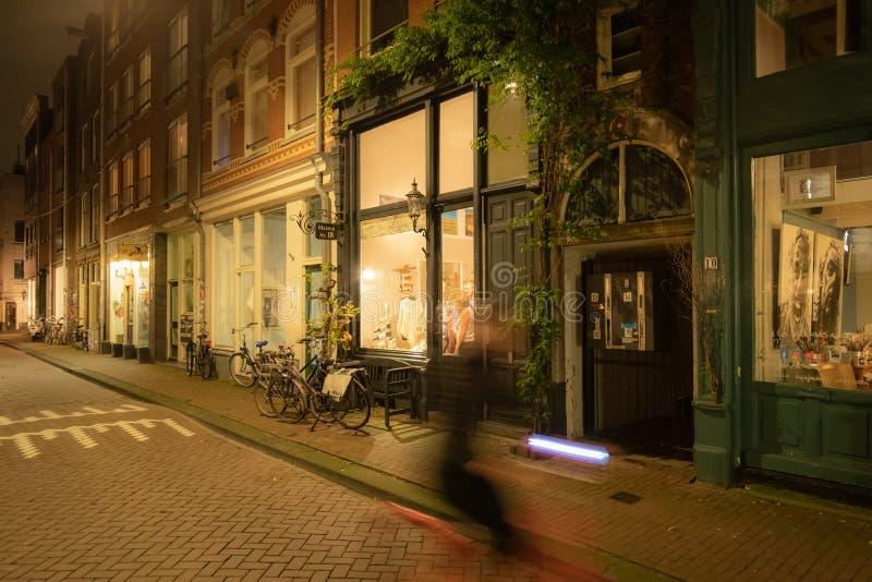 's Avonds een showraam in een historische kleine amsterdamse straat stock fotografie