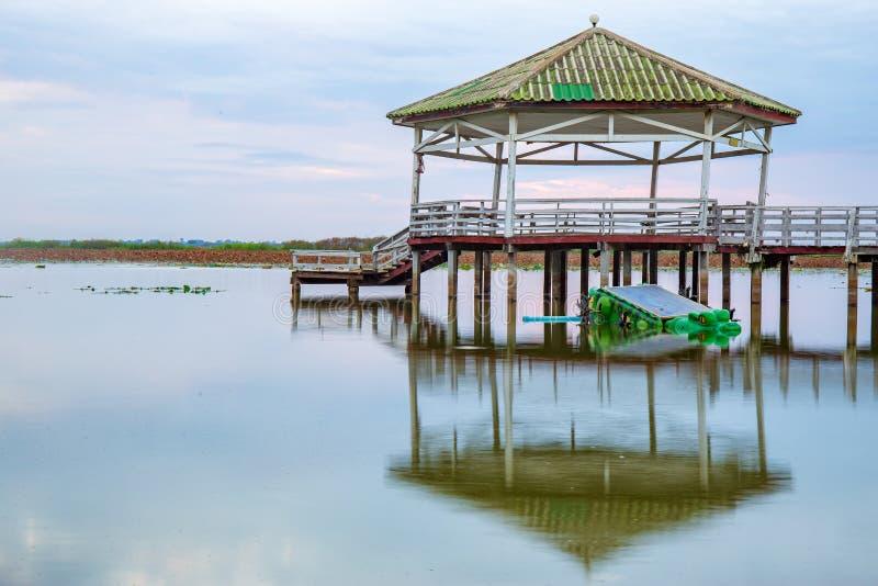's Avonds of zonsondergang in het Pavilion op het meer of in de vijver of het moeras van Bueng See Fai, Phichit, Thailand royalty-vrije stock afbeelding
