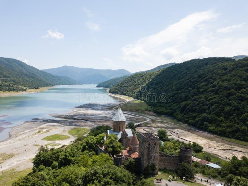 S?awny georgian zwiedza? - widok z lotu ptaka Ananuri kasztelu kompleks zdjęcie royalty free