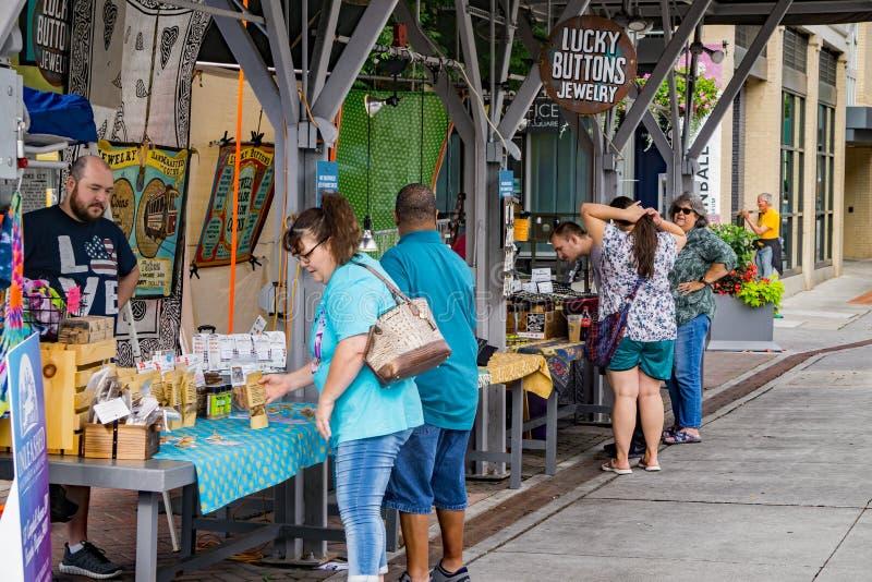 S?bado ocupado en el mercado de los granjeros de la ciudad de Roanoke fotos de archivo libres de regalías