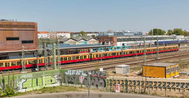 S-Bahn de Straat van stationwarschauer in Berlijn, Duitsland royalty-vrije stock foto