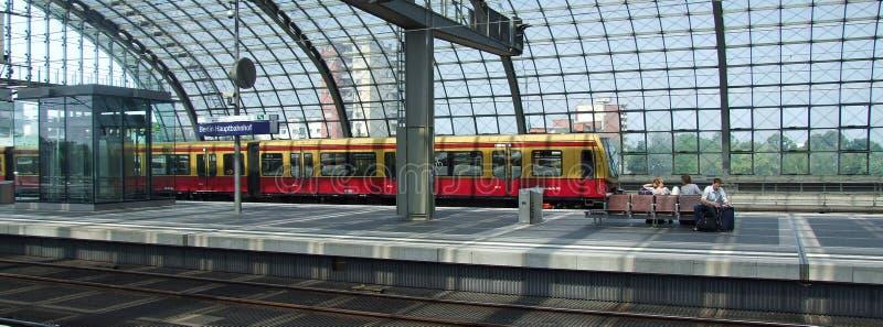 S -s-bahn, Klasse 485 elektrische met meerdere eenheden van OB in Berlin Central-terminal royalty-vrije stock foto