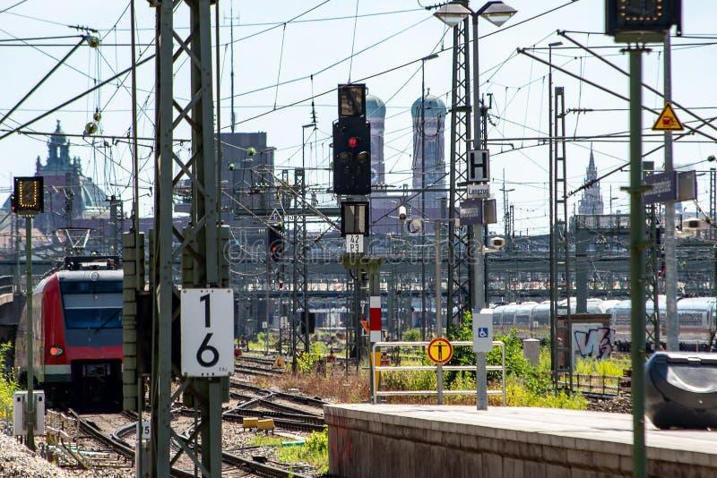S-Bahn pociąg opuszcza stację a zdjęcie royalty free