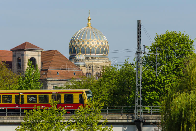 S-Bahn y nueva sinagoga imagen de archivo libre de regalías