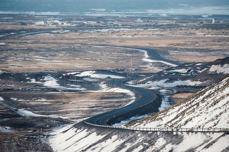 S buktade den kust- vägen i Island royaltyfri foto