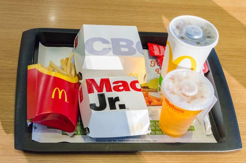 ` S CBO McDonald и младший Mac Большие сандвичи Mac младшие, фраи franch и пиво кока-колы и Mahou для питья стоковые фотографии rf
