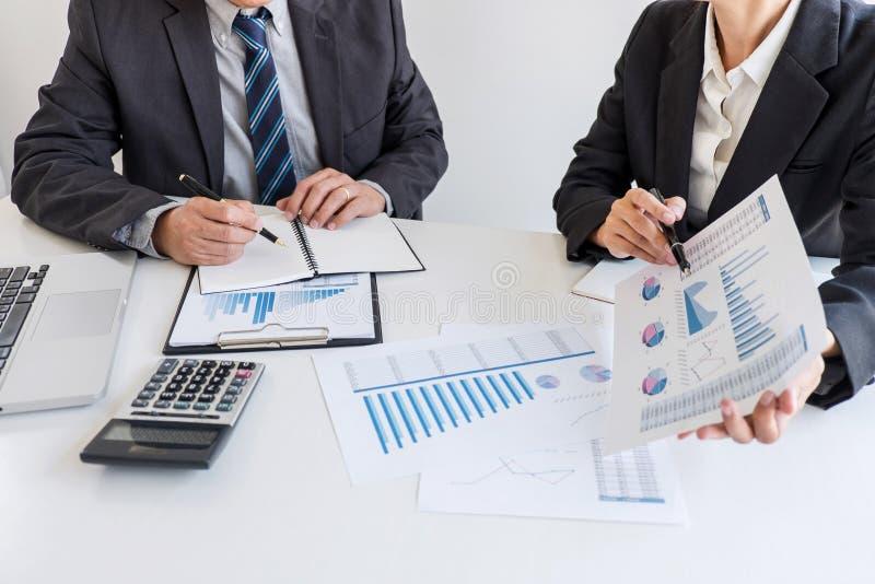 S?cio da equipe do neg?cio que encontra o funcionamento e a negocia??o que analisam com dados financeiros e que introduz no merca fotografia de stock royalty free