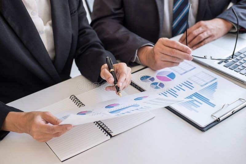S?cio da equipe do neg?cio que encontra o funcionamento e a negocia??o que analisam com dados financeiros e que introduz no merca fotografia de stock
