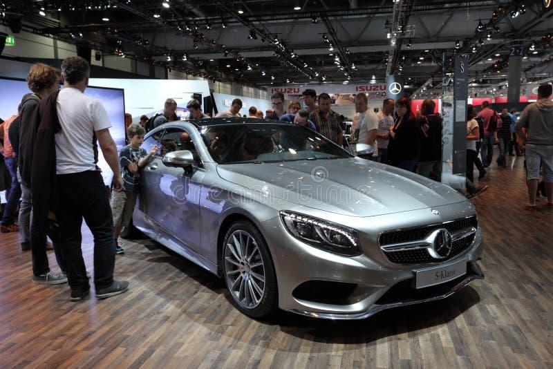 S-clase de Mercedes Benz en el International móvil auto imágenes de archivo libres de regalías