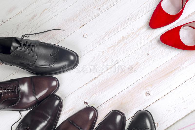 ` S d'hommes et chaussures des femmes rouges de talon haut sur le fond blanc photo libre de droits
